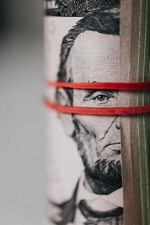 Pexels_roll-of-american-dollar-banknotes-tightened-with-band-4386476